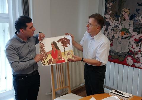"""Cleber Fabiano übereicht Bernhard Lauer das Guarani-Bild """"Rotkäppchen"""""""