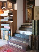 Diese Treppe aus Bücherrücken führt in die Ausstellung