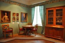 Die Eltern und Großeltern der Brüder Grimm mit Möbelstücken aus der Familie bzw. Zeit